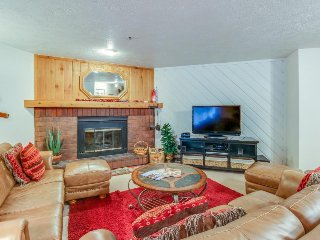Mountain condo near slopes w/shared pool, hot tub, & sauna