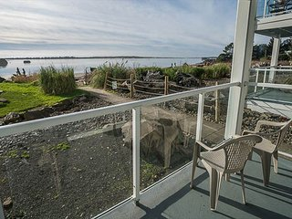 Beachfront Condo with Panoramic Views of Siletz Bay with Two King Bedrooms!