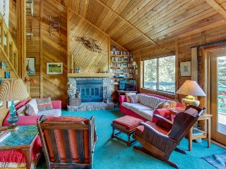 Cozy, dog-friendly cabin w/mountain views & deck plus park access