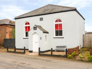 THE OLD CHAPEL, converted 19th century chapel, pub walking distance