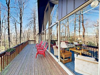 3BR w/ 2 Decks, Sunroom, Fireplace - Heated Pool Access & Amenities