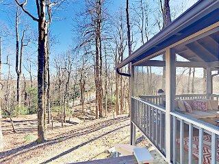 3BR w/ 2 Decks, Sunroom, Fireplace - Heated Pool Access & Amenities