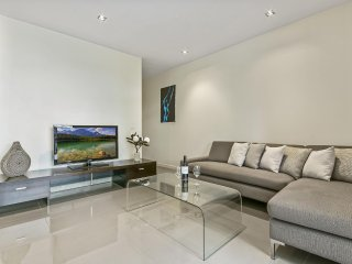 Ultra Modern Large 1 Bedroom Apartment