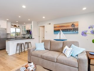 Cozy One Bedroom Coastal Hideaway. Walk to Beach, Shops, and Restaurants!