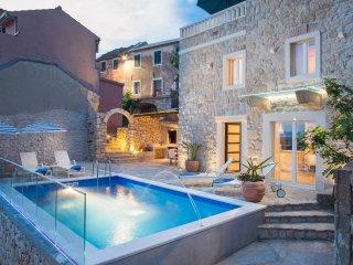 Stone house w/ pool Picco Bello Makarska Riviera