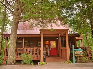 Great Gatlinburg Location! Lovely Log Cabin! Great Smoky Mountains National
