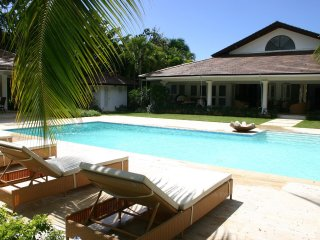 Spacious Resort Villa, Swimming Pool, Full Staff incl. Cook, Waiter