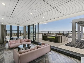 New modern 1-bed with amazing views near the CBD