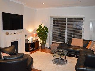 Modern 4 bedroom maisonette in North London. FREE PARKING.
