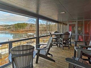 Waterfront Hiawassee 'Catfish Lakehouse' w/Hot Tub