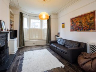 Charming 2 bed apartment in Queen's Park w/garden.