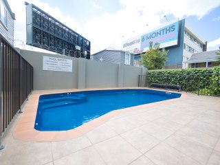 Winter specials - 2 Bedroom with pool - free parking and wifi