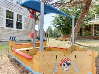 Sunny beach house w/ private hot tub,  firepit & tons of space - dogs ok!