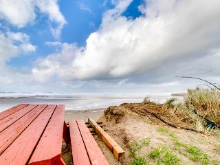 Dog-friendly beachfront studio in ideal location, quiet & close to everything!