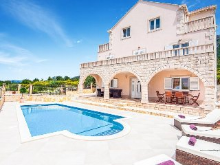 4 bedroom Villa with Pool, Air Con, WiFi and Walk to Shops - 5334496