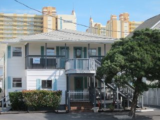 Short walk to Beach, 2 Bedroom/1 Bath Quad 1(down) w/pool access near Main St