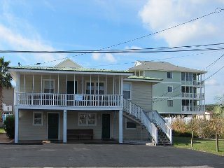 Short walk to Beach- 3 Bedroom / 2 Bath Duplex  3 (up)w/pool and grills