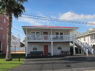 Short walk to Beach- 2 Bedroom / 1 Bath Duplex2 (upstairs)w/pool access