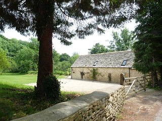 Cotswold 2 bedroom cottage, sleeps 5, close to town, large and private setting