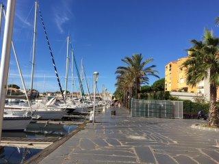 Bel studio rénové en style Scandinave avec piscine et vue sur le port