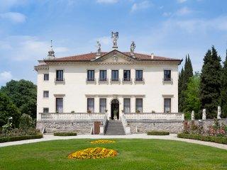 Villa Tiepolo 2 bedrooms 1 sofabedroom with view on 'giardino all'Italiana'.