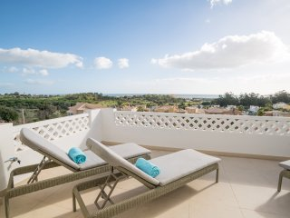 Townhouse | Ocean view | 4 Mins from Meia Praia | Swimming pool