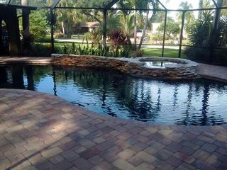 Private Pool and Hot Tub, 4Bdrm home sleeps 14