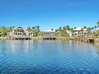 Waterfront, Gorgeous View, 2.5 miles from BEACH!