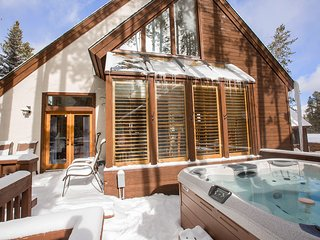 Ski Out Home! Resort VIEWS, Private HotTub, FREE WNTR Town Lift Shuttle ev 15min