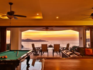 Penthouse In Playa Flamingo, Newly Renovated with Breathtaking Ocean View