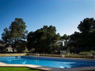 Villa Tortuga - 3 bedroomed villa, shared pool, private garden, premier location