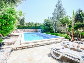 Bitez Villa Sleeps 6 with Pool Air Con and WiFi - 5802306
