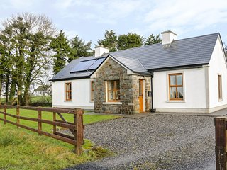 CLOONKEE COTTAGE, open-plan living, en-suite, Ballina 4 miles, Ref 975041
