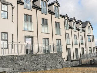 APARTMENT 2, open-plan, centre of Benllech, Smart TV, Ref 969581