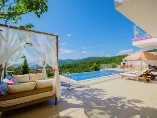 Beautifully Romantic Honeymoon Villa with Infinity Pool and Views