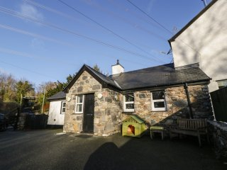 3 PLAS BRITANNIA, single-storey cottage, WiFi, enclosed garden, pet-friendly, in