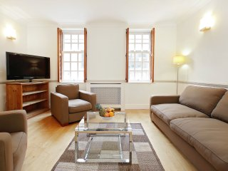 2167. PRIVATE TOWNHOUSE IN THE HEART OF LONDON, STEPS FROM WESTMINSTER ABBEY