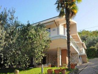 Torri del Benaco Villa Sleeps 10 with Pool Air Con and WiFi - 5218466