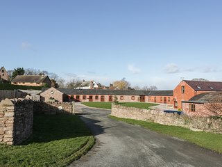 THE BULL BARN, single-storey luxury cottage with hot tub, woodburner, games barn