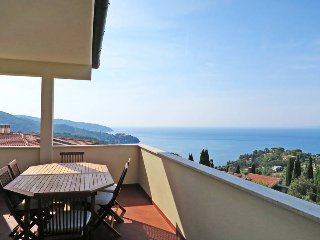 3 bedroom Apartment with Air Con, WiFi and Walk to Beach & Shops - 5447005