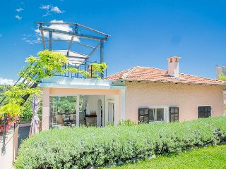 202933 5-bedroom villa, airco, private pool, shared tennis court, centre 5km