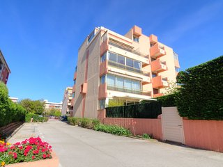 2 bedroom Apartment with WiFi and Walk to Beach & Shops - 5051809