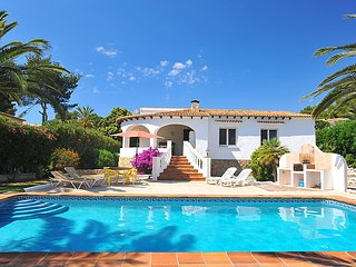 2 bedroom Villa with Pool, WiFi and Walk to Shops - 5698128