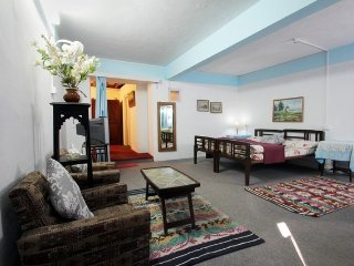 Luxurious room in a colonial cottage, close to Mall Road