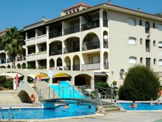 Apartment for 4-6: shared swimming pool 450m from the beach