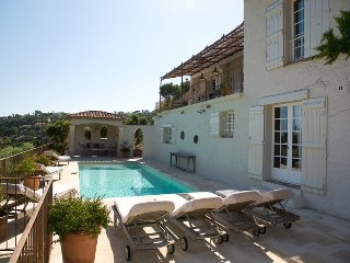 210983 5-bedrm villa,small sea view,airco,heated pool, beach 1.5 km, centre 2 km