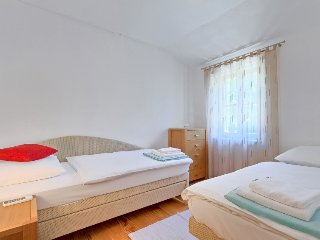 Momjan Holiday Home Sleeps 6 with Pool Air Con and Free WiFi