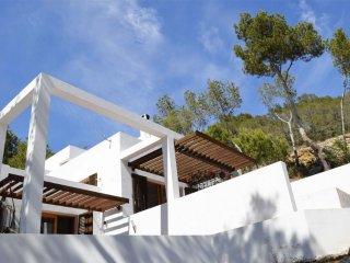 Villa Ibicenco for 10 guests, overlooking the hillside and sea of Ibiza! Catalun