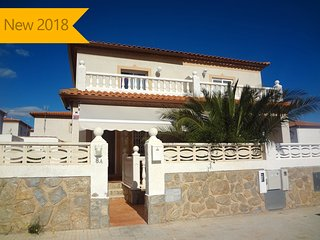Catalunya Casas: Modern Miami Platja villa for 7 guests, a 5-minute walk from th