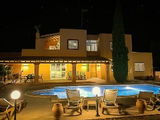 5 bedroom Villa with Pool, Air Con, WiFi and Walk to Shops - 5334801